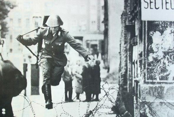soldado_muro_berlin_1961